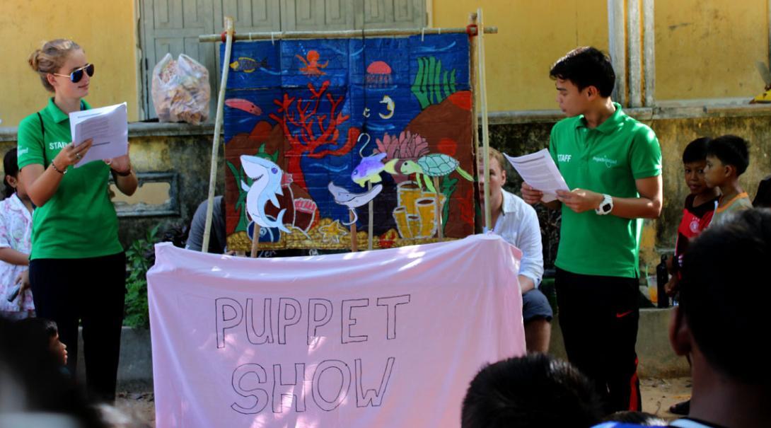 Projects Abroad Natuurbehoud vrijwilligers doen een poppenshow voor de kinderen van de lagere school in Koh Sdach over het belang van haaienbescherming
